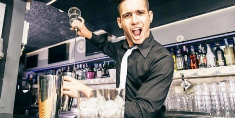 Bartender using the freepour tecnique